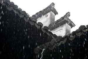 屋檐上的雨滴