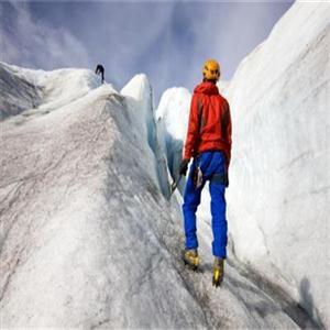 登山者面对风暴