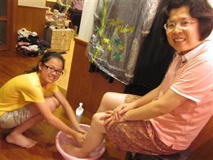 孝敬父母:给妈妈洗脚