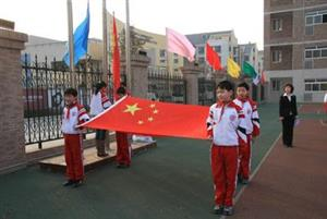 升国旗的学生们2