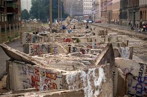 1990年8月11日,柏林墙拆除后剩下的碎片