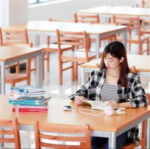 女生在图书馆