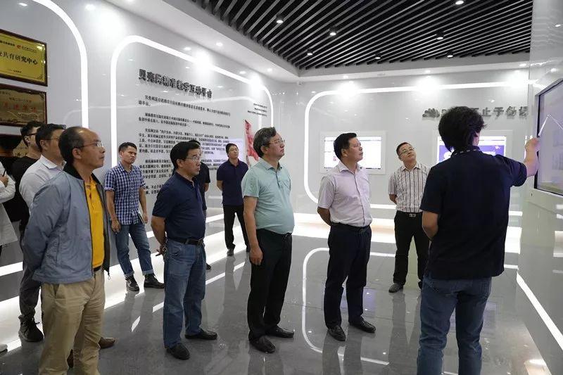 湖南省教育厅副厅长王玉清到湖南教育出版社调研时指出:服务教育要把好正确方向、尊重教育规律、坚持立德树人